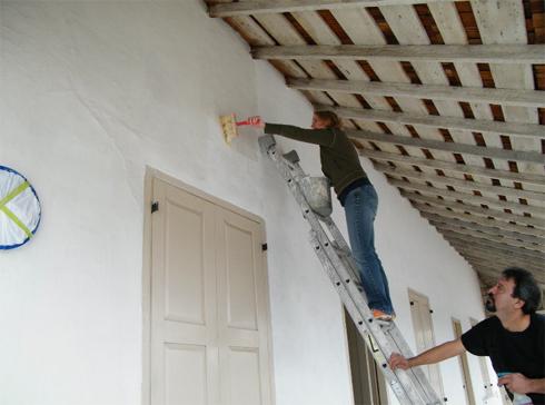 Правильно белим стены и потолок известью