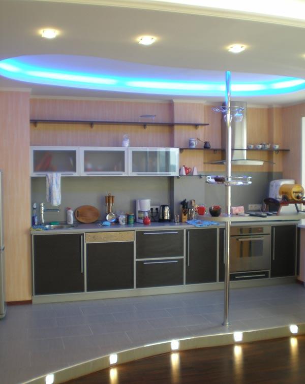 Дизайн потолков кухни совмещенной с гостиной