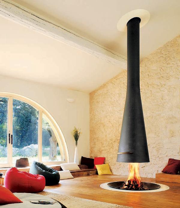 Каким может быть интерьер гостиной с камином посередине комнаты?