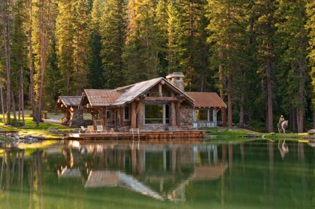 Домик на берегу рукотворного озера